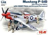 Истребитель Mustang P-51D с пилотами и техниками