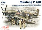 Истребитель Mustang P-51B с пилотами и техниками