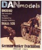 Немецкие танкисты. Эвакуация из подбитого танка. 1940-43 гг. набор №2 от DAN models
