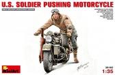 Американский солдат толкающий мотоцикл