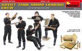 Советский танковый экипаж за погрузкой снарядов